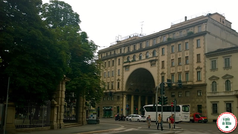 A porta de acesso ao quadrilátero do silêncio rua Tommaso Salvini