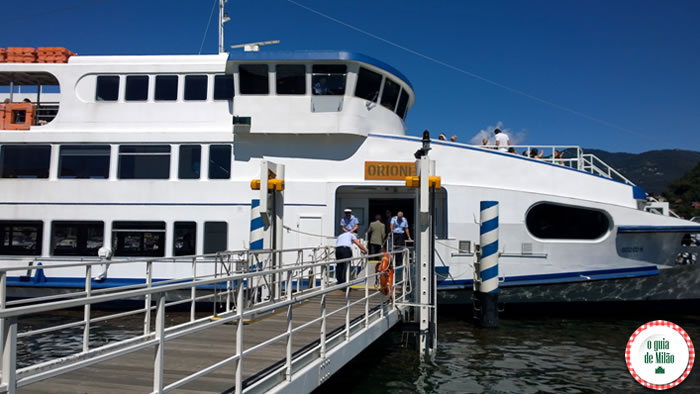 Barco público no lago de Como