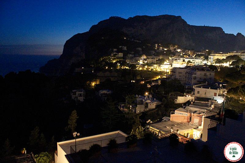 Onde ficar em Capri hotel La Scalinatella a vista de noite da ilha de Capri