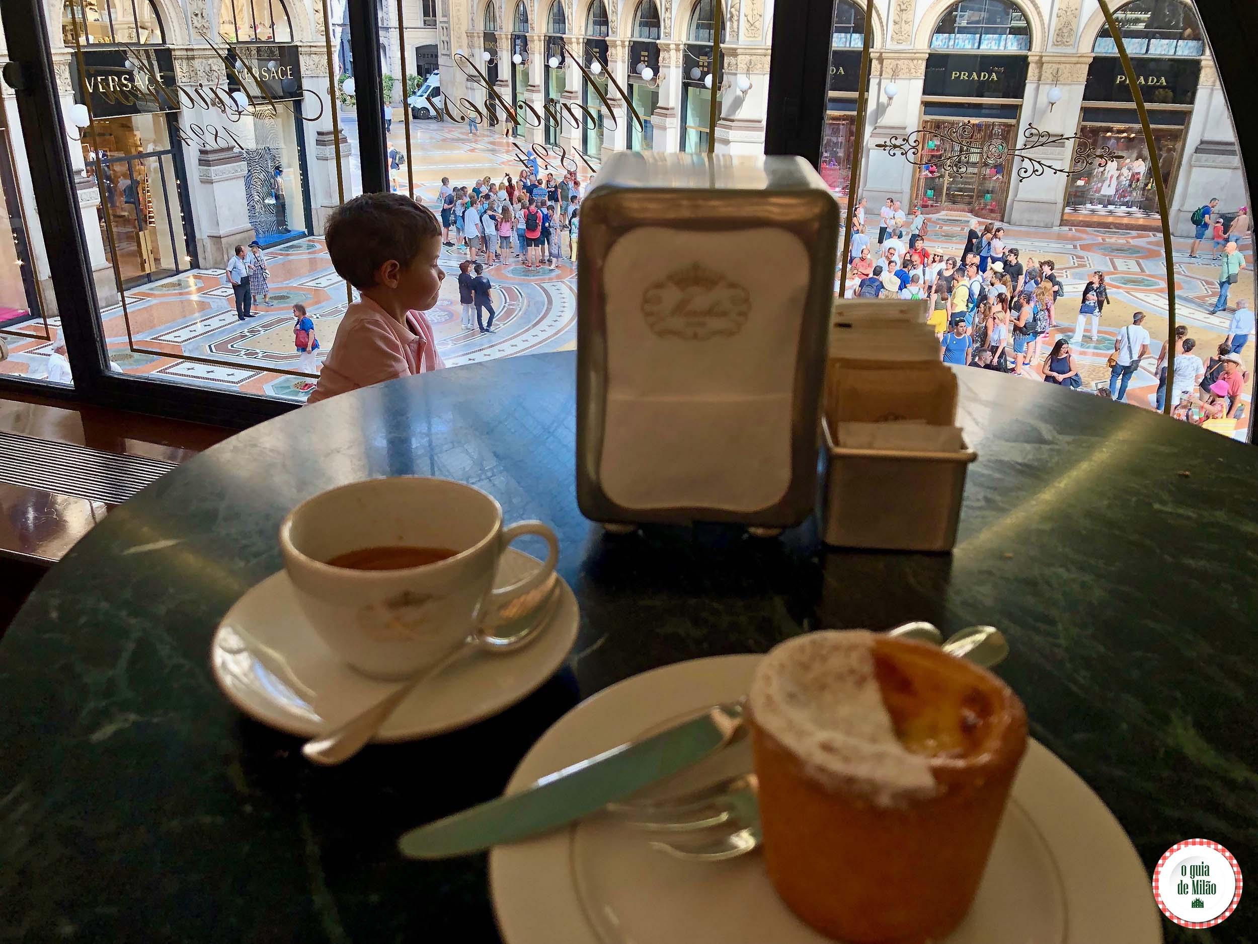 Café com vista para a galeria Vittorio Emanuele em Milão