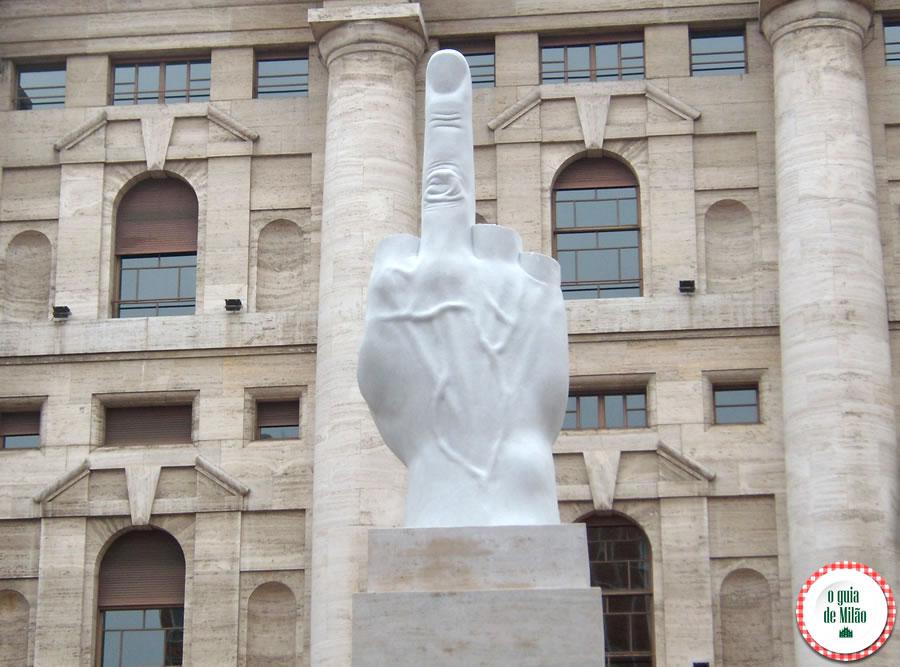 O dedo médio de Maurizio Cattelan