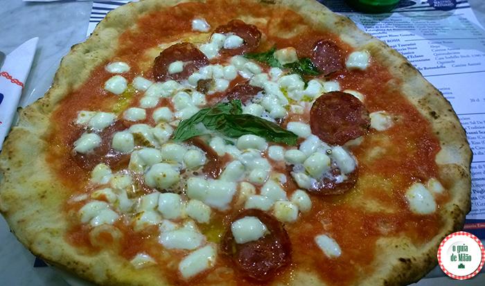 As melhores pizzarias de Milão A pizza de Sorbillo no duomo de Milão Onde comer em Milão Dicas de restaurantes em Milão Dica de pizzarias em Milão