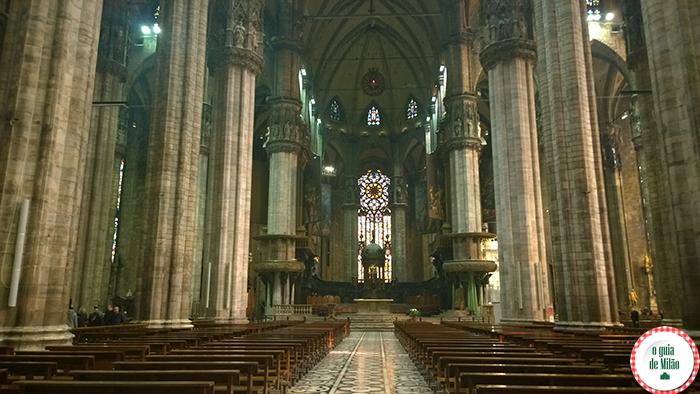 No pontinho vermelho em cima do altar, encontra-se o prego santo.