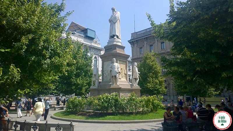 Estátua Leonardo da Vinci o pintor da Última Ceia na praça teatro Scala de Milão