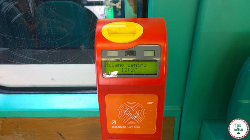 Validar o bilhete no ônibus de Milão