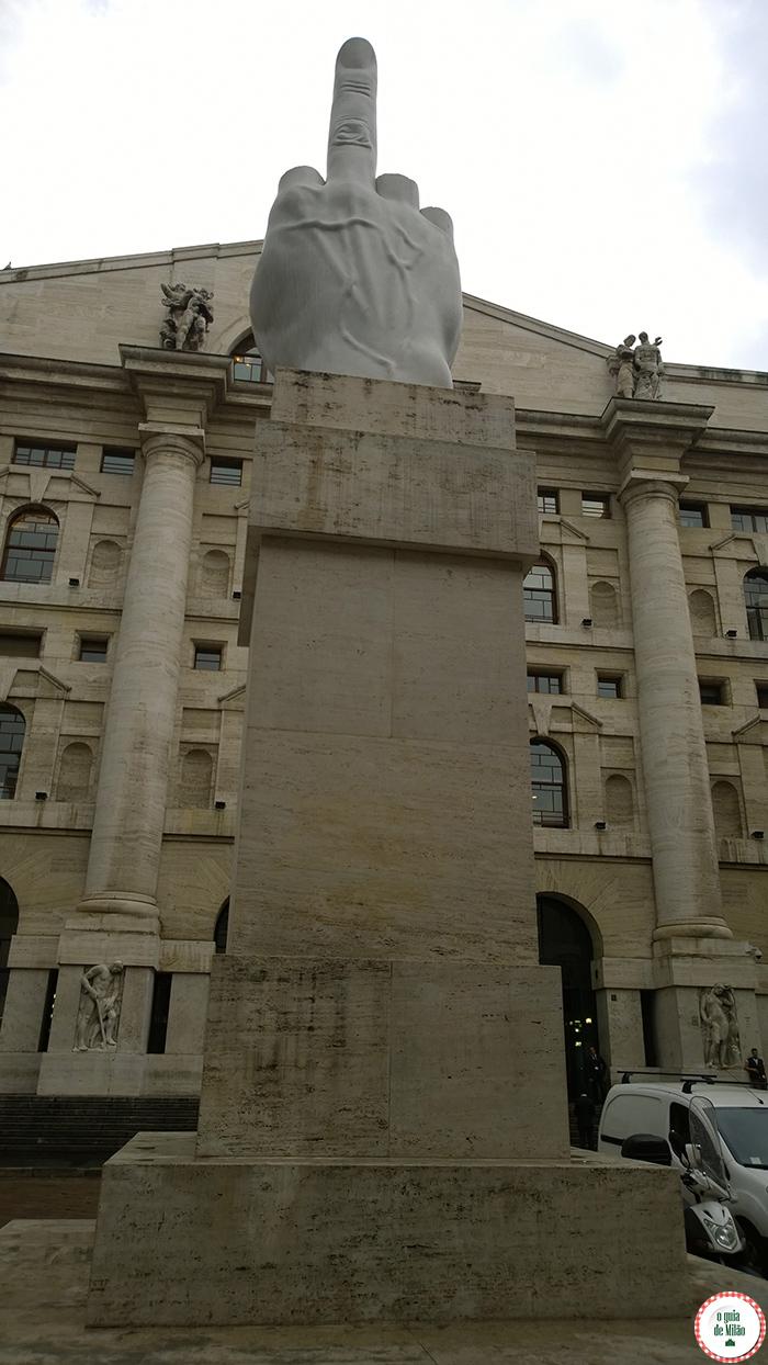 Monumentos em Milão Arte em Milão O dedo médio de Cattelan