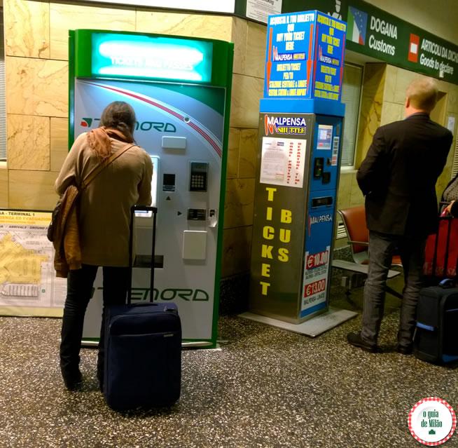 Máquina para comprar as passagens de trem e de ônibus