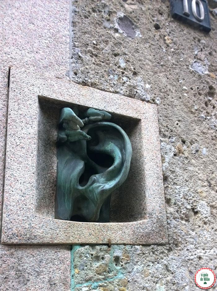 Interfone no edifício da rua Serbelloni, 10.