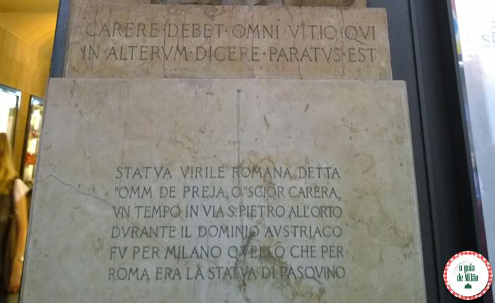 epígrafe escrita da estátua Omm de Preja na rua Vittorio Emanuele 13 Milão