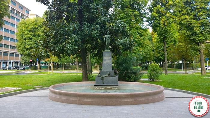 A estátua do Pinóquio em Milão