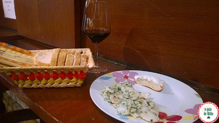 Salada de bacalhau e pãozinho com bacalhau amanteigado