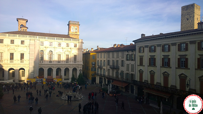 Praça Vecchia: Biblioteca Angelo Mai, chafariz Contarini e a torre Gombito à direita