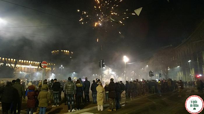 Fogos de artifício na praça do castelo Sforzesco