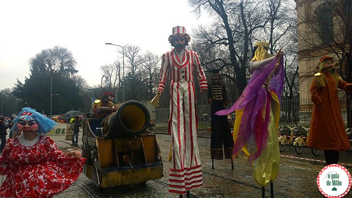 o desfile dos carros alegóricos no Carnaval de Milão