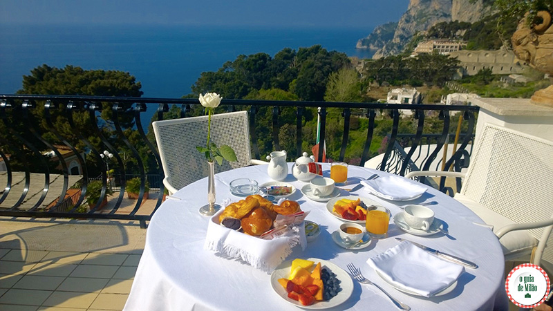 Hotel de luxo 5 estrelas o café da manhã do hotel La Scalinatella em Capri