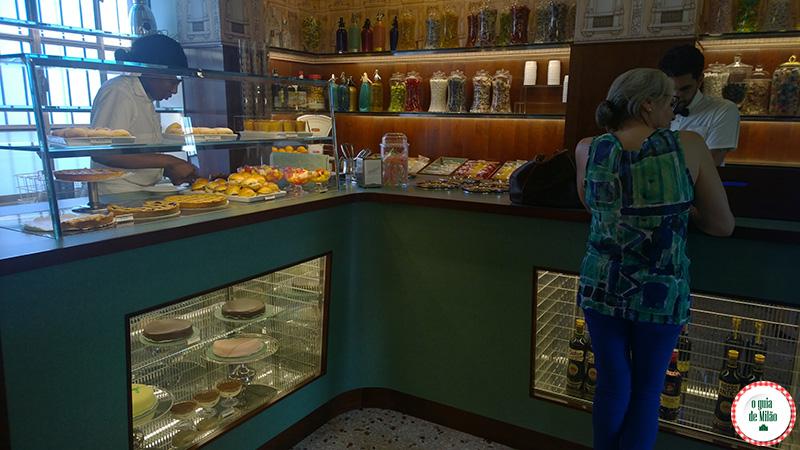 bar luce Milão atmosfera de uma cafeteria típica de Milão