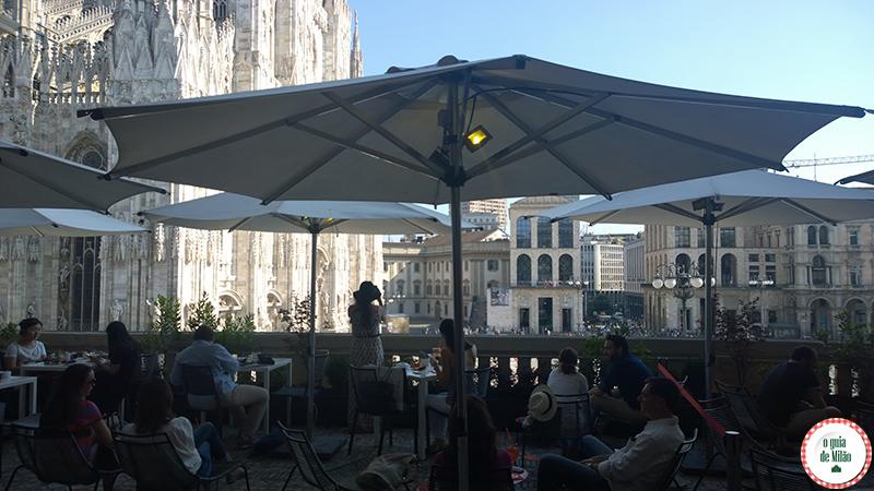O que fazer em Milão aperitivo no terraço Aperol praça Duomo