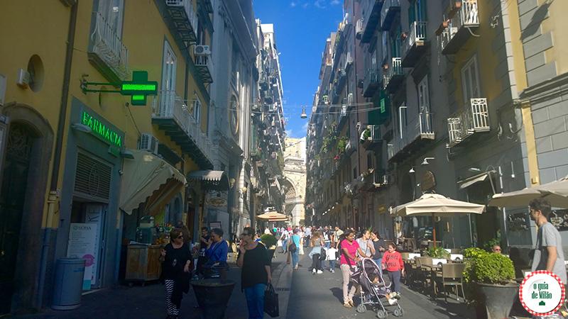 Pontos turísticos de Nápoles na Itália Via Chiaia