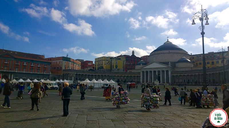 Pontos turísticos de Nápoles na Itália Praça Plebiscito