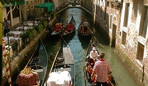 Romântico passeio de gôndola em Veneza com serenata com jantar