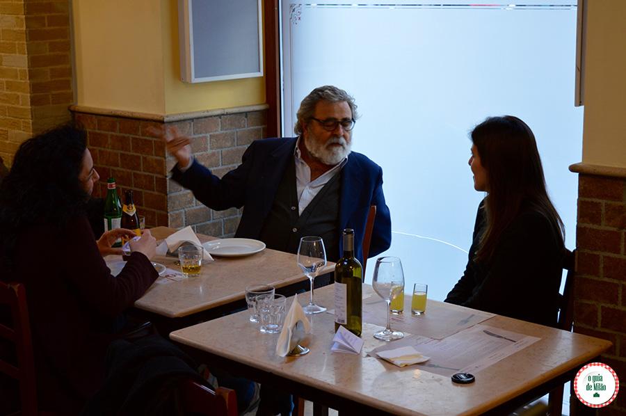 Falar com as mãos dos Napolitano na pizzaria de Nápoles Itália