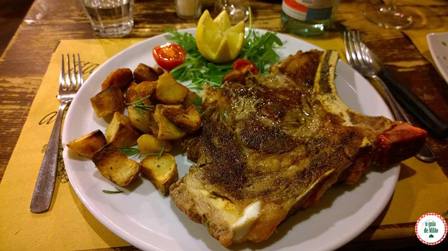 Pratos típicos de Milão A cotoletta Bife alla Milanese