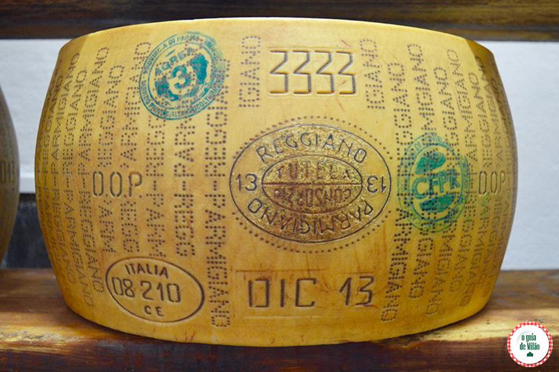 Como é feito o verdadeiro queijo parmesão na Itália