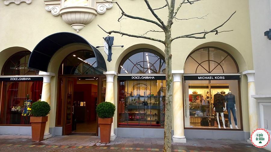 De Milão a Parma Itália Outlet perto de Milão Fidenza Village Shopping em Milão