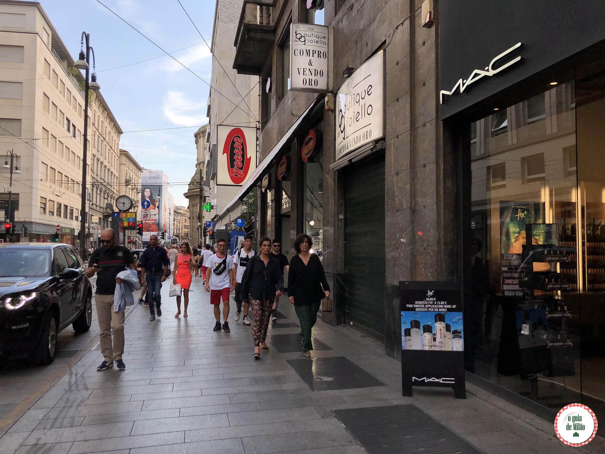 aaf0c2528 Lojas de lingerie: no começo da via Torino estão a famosa Victoria's  Secret, a espanhola Oysho e as italianas Intimissimi, Calzedonia e Yamamay.