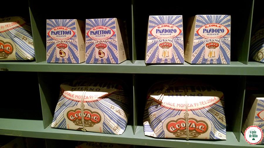 Panetone em Milão na confeitaria Cova de Milão