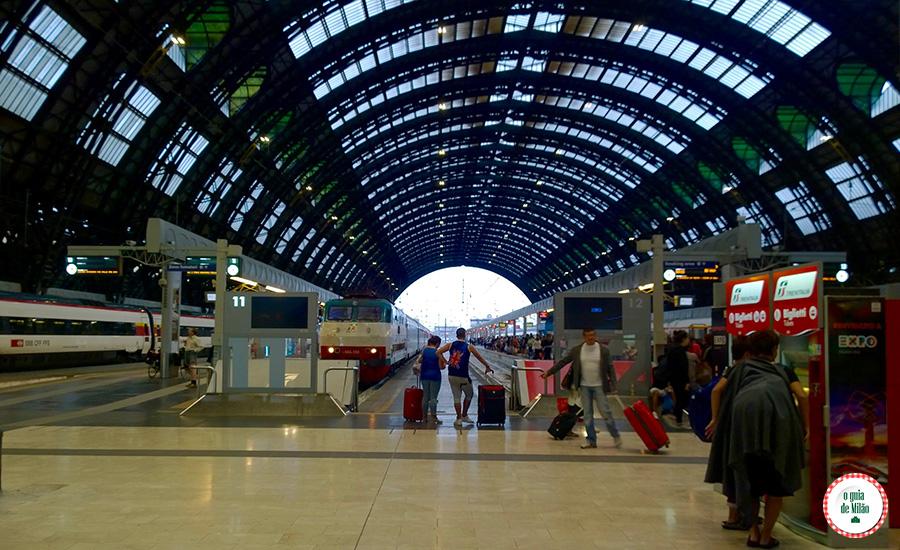 Trens Metrô ônibus lojas serviços em Milão