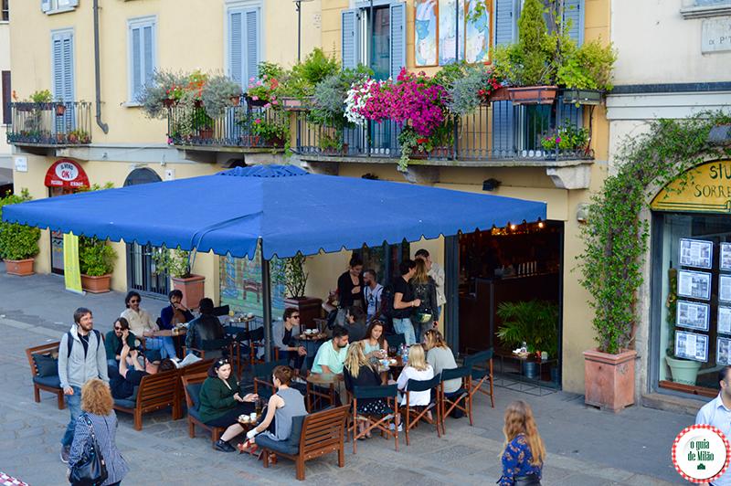 Verão em Milão O bairro Navigli em Milão Itália