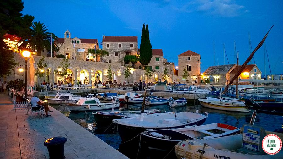 Turismo na Croácia Ilha de Brac Bol à noite