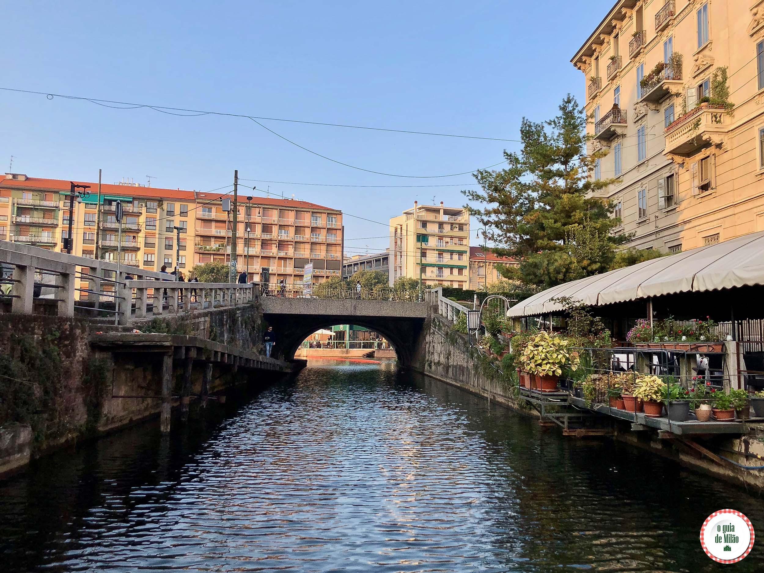 Passeio de barco em Navigli em Milão